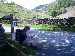 Onderweg even op de kaart kijken op de Cumbria Way