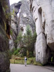 Wandelen tussen de rotsen in Adrspach